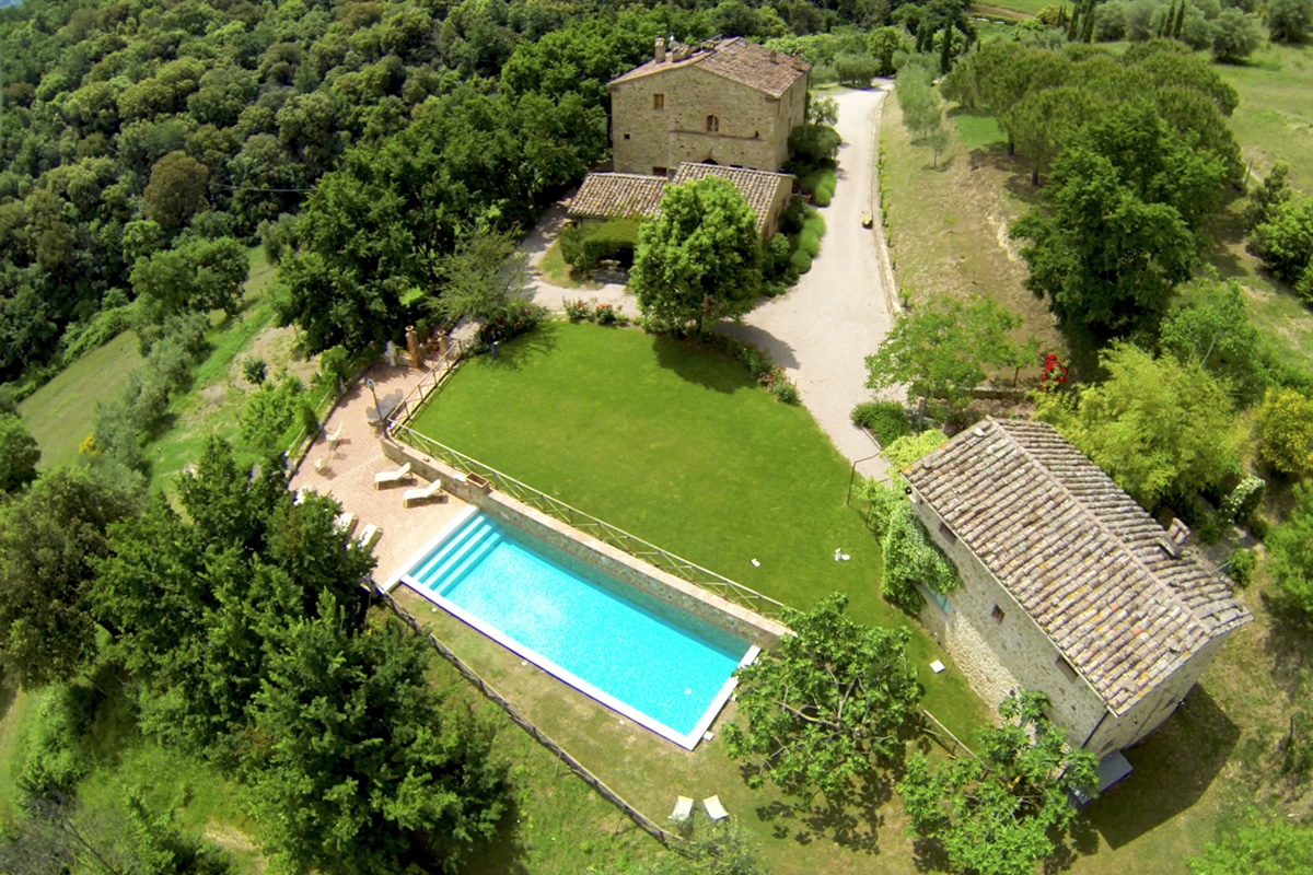 family holiday in umbria Torrino del povile offers a house and cottages for 22 with a pool and sauna, on-site restaurant book for extended family holidays with green credentials.